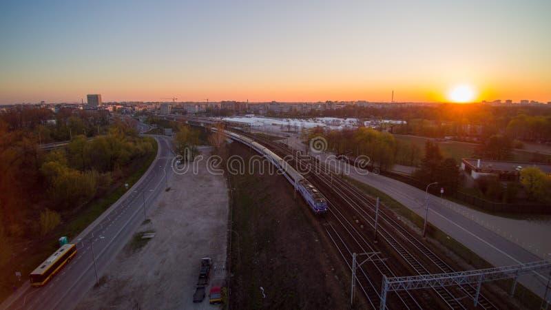 Intercity τραίνο PKP που περνά μέσω δίπλα στο εθνικό στάδιο στη Βαρσοβία στοκ εικόνες