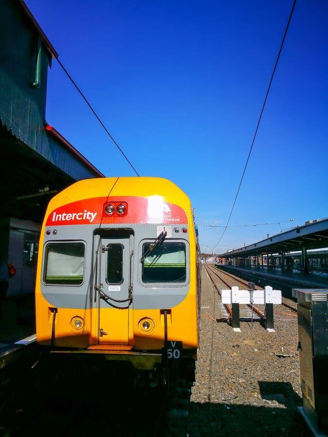 Intercity τραίνο του Σίδνεϊ στο partfrom στον κεντρικό σιδηροδρομικό σταθμό στοκ εικόνα με δικαίωμα ελεύθερης χρήσης