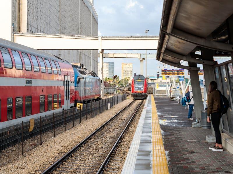 Intercity pociąg pasażerski przyjeżdża przy Mirkaz Shmona stacji kolejowej platformą w Haifa, Izrael obrazy stock
