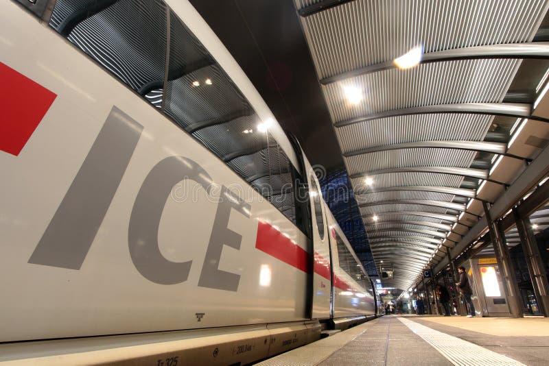 Intercity uttryckligt drev i Frankfurt royaltyfria bilder