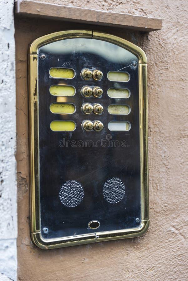 Intercomunicador clásico viejo en Roma, Italia imágenes de archivo libres de regalías