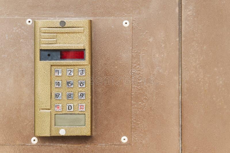 Intercomunicador viejo en la puerta fotos de archivo libres de regalías