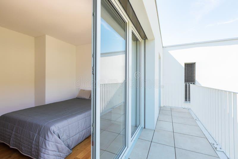 Interconexión del balcón y del dormitorio doble fotografía de archivo