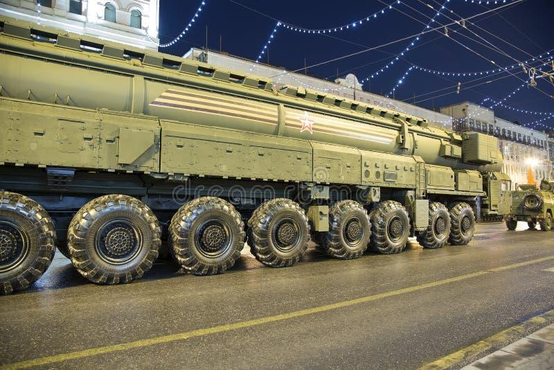 Intercontinentaal ballistisch projectiel topol-M Repetitie van militaire parade (bij nacht), Moskou, Rusland (op Mei 04, 2015) stock afbeelding