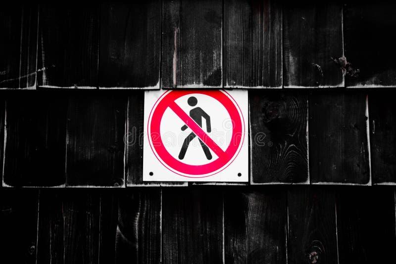Interdiction aucun signe piétonnier après la barrière Figura interdit de signes d'homme de marche en cercle croisé sur le fond no photographie stock libre de droits