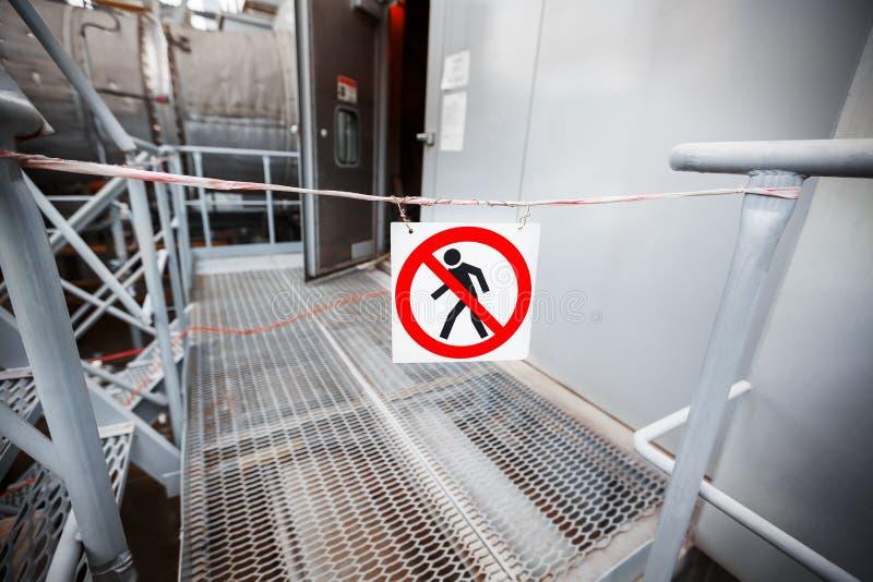 Interdiction de passage Le signe du passage est interdit, là n'est aucune entrée, aucune entrée Passage fermé à industriel photos libres de droits