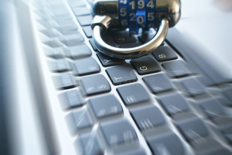 Interent säkerhet med låset på datortangentbordet med zoomen brast högkvalitativt fotografering för bildbyråer