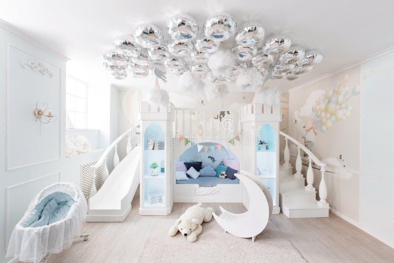 Interer de un cuarto azul espacioso del ` s de los niños juego decorativo del castillo foto de archivo libre de regalías