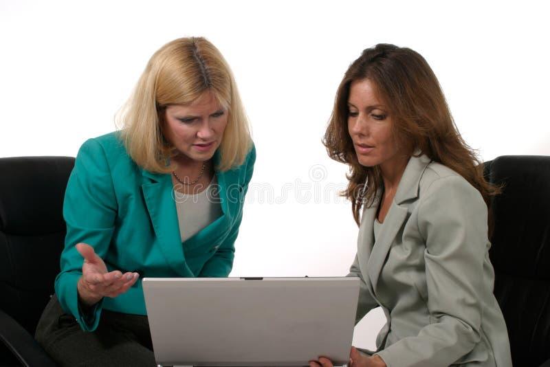 interes 1 laptopa dwóch kobiet do pracy zdjęcie stock