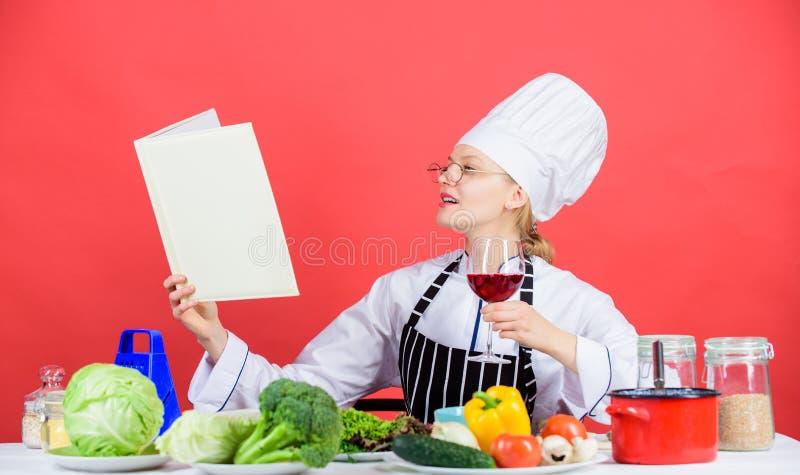Interesado en hacer un profesional culinario Mujer bonita que aprende los mejores artes culinarios Cocinero profesional foto de archivo libre de regalías