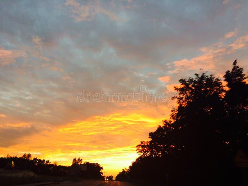 Interessante Ansicht des summerSonnenunterganghimmels stockfotos