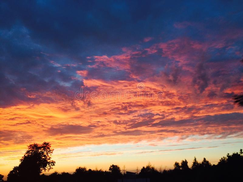 Interessante Ansicht des summerSonnenunterganghimmels lizenzfreies stockfoto