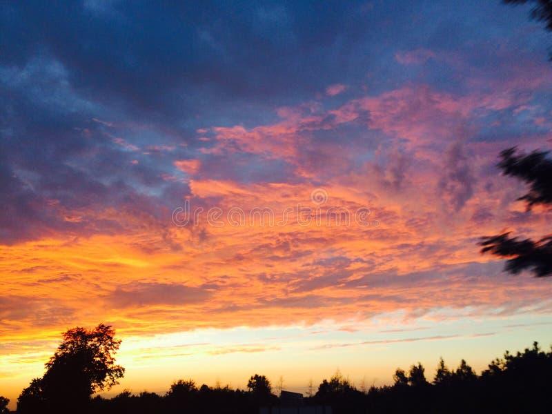 Interessante Ansicht des summerSonnenunterganghimmels lizenzfreie stockfotografie