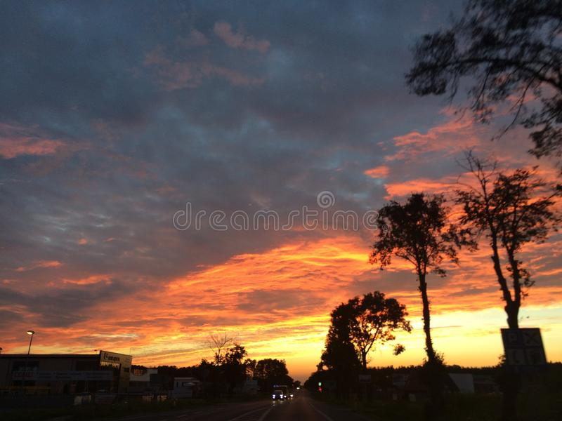Interessante Ansicht des summerSonnenunterganghimmels stockfoto