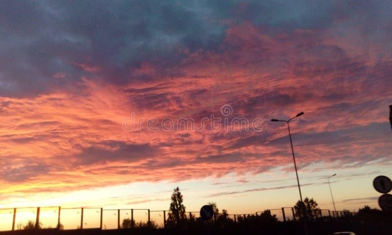 Interessante Ansicht des summerSonnenunterganghimmels stockbilder