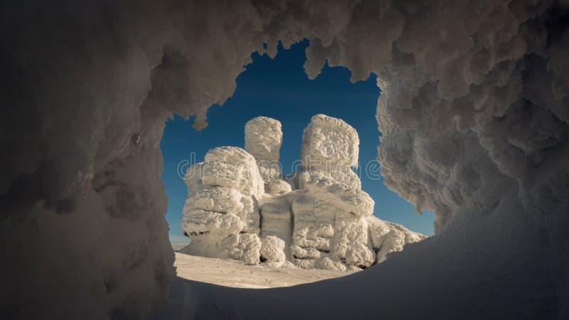 Interessante Felsformation im Winter stockbild