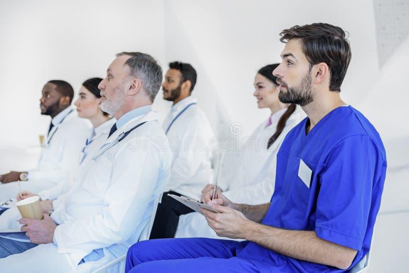 Interessante lezing op medische raad royalty-vrije stock foto's