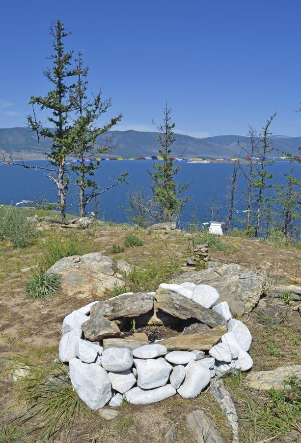 Interessante mening van de steencirkel van de brand en het meer Baik royalty-vrije stock afbeelding