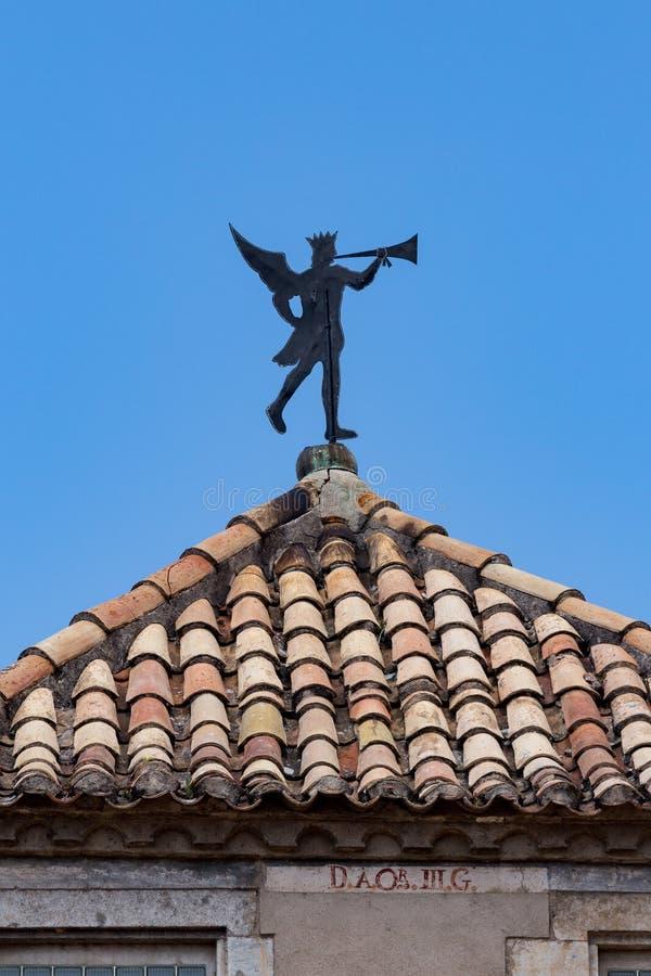 Interessante weerhaan op het dak als menselijk cijfer met trompet royalty-vrije stock foto