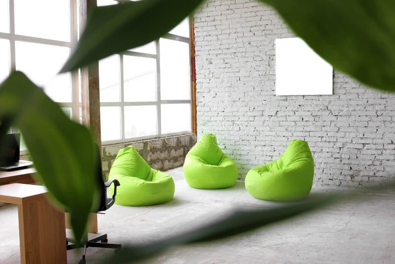 Interessantes Design auf einem Hintergrund von weißen Ziegelsteinen mit grünem Dekor lizenzfreies stockfoto