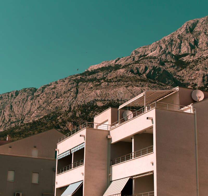 Interessantes Foto der Architektur und der Berge lizenzfreies stockfoto