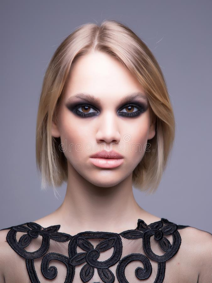 Interessantes Studiolicht Blondes Modell mit starkem Make-up stockbild