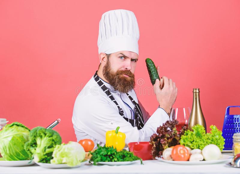 Interessato fiutarlo vegetariano Cuoco unico maturo con la barba Cottura sana dell'alimento Cuoco barbuto dell'uomo in cucina fotografie stock