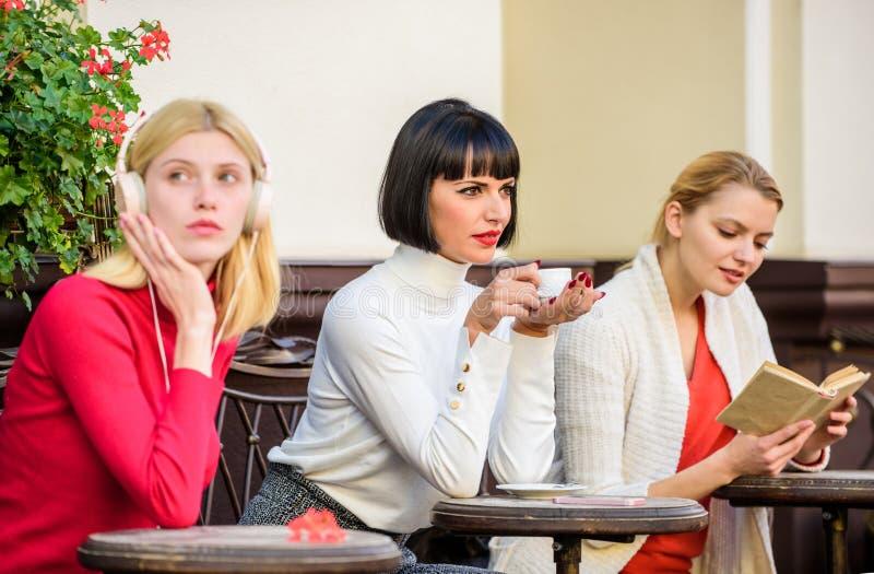 Interessi differenti Il fine settimana si rilassa e svago Caff? del caff? Modo rilassarsi e ricaricare Svago femminile Gruppo abb immagini stock libere da diritti