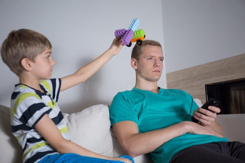 Interessieren Sie nicht sich für seinen Sohn lizenzfreie stockfotografie