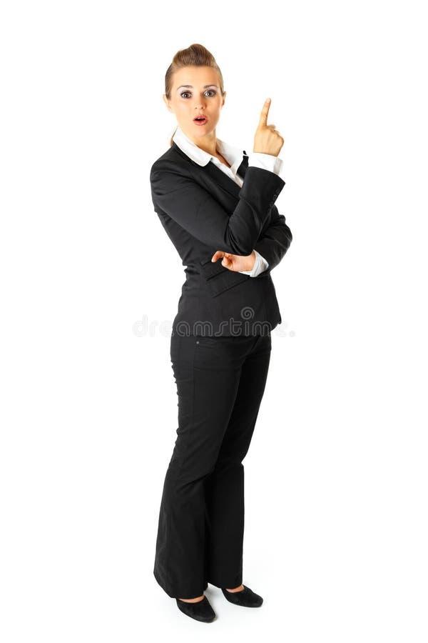 Interessierte Geschäftsfrau, die oben Finger zeigt lizenzfreie stockfotos