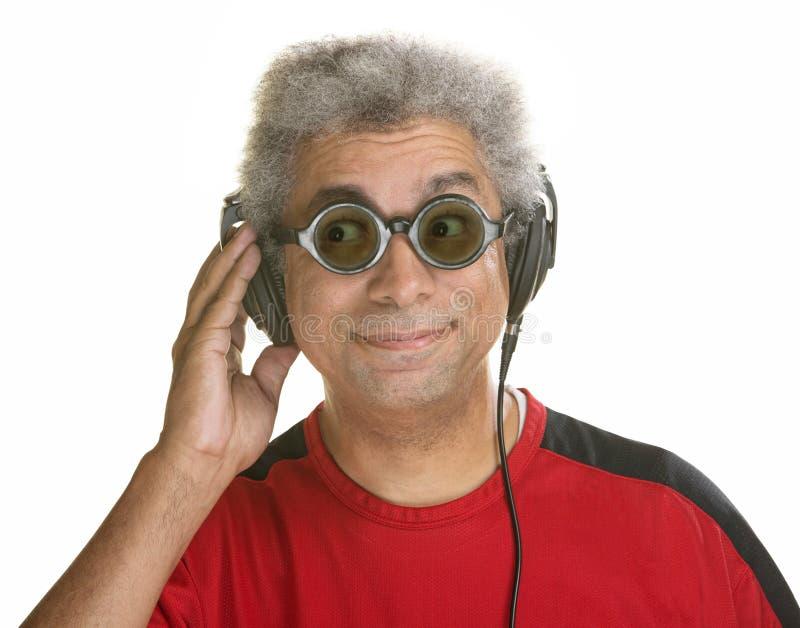 Interessierter Mann mit Kopfhörern lizenzfreies stockbild