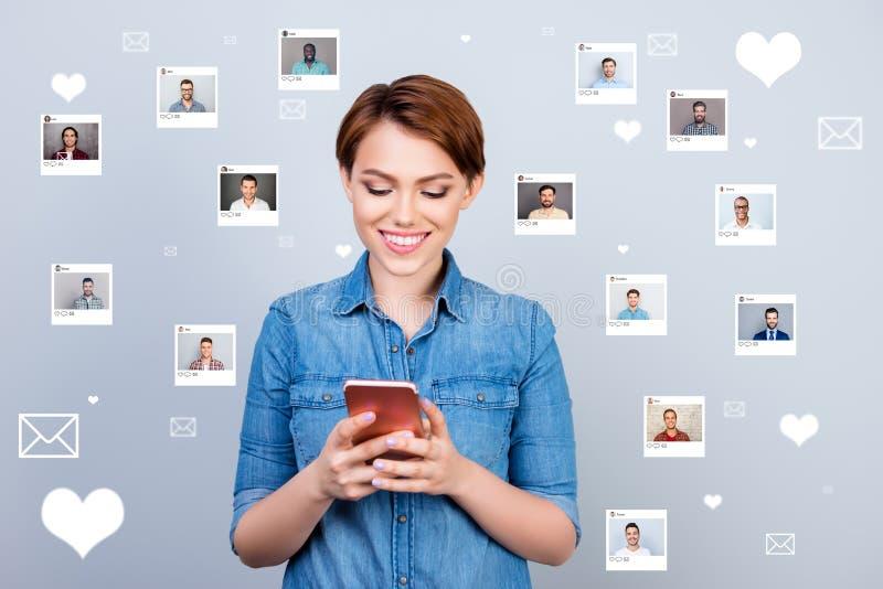 Interessiertes neugieriges des nahen hohen Fotos erhielt sie ihr Dame Smartphone sms vom Liebhaber, den repost auswählen, Wahlill lizenzfreie abbildung
