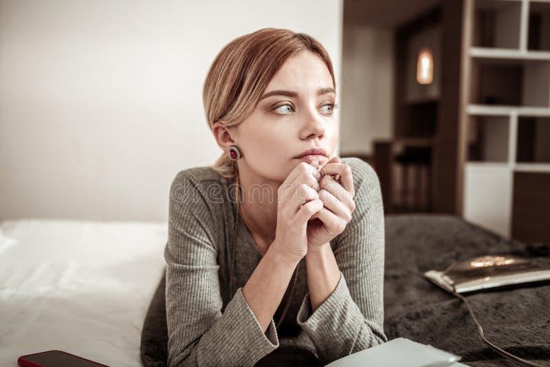 Interesujący młody rozważny bizneswoman jest ubranym pięknych kolczyki obrazy stock