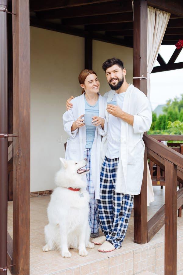 Interesująca kobieta patrzeje jej męża pije kawę na ganeczku zdjęcie stock