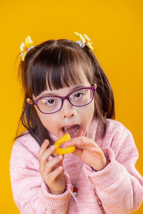 Interesująca młoda dama z zaburzenia psychiczne otwarcia usta obraz royalty free
