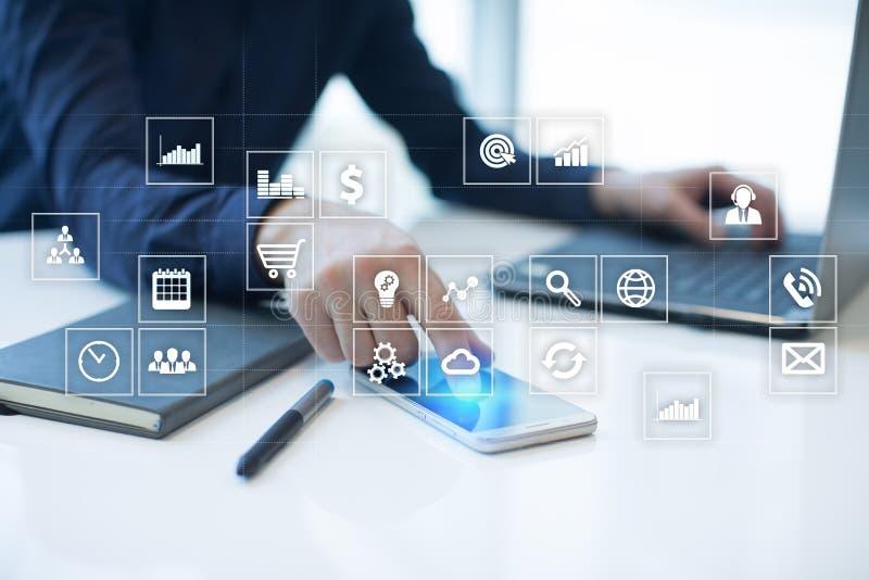 Interfaccia dello schermo virtuale con le icone di applicazioni apps Pianificazione di strategia Concetto di tecnologia di Intern fotografia stock libera da diritti