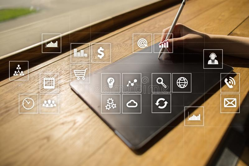 Interfaccia dello schermo virtuale con le icone di applicazioni apps Pianificazione di strategia Concetto di tecnologia di Intern immagine stock
