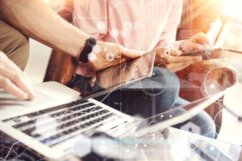 Interfaces virtuelles de graphique d'innovation d'icône de stratégie globale Collègues faisant la solution d'affaires de main Jeu image libre de droits