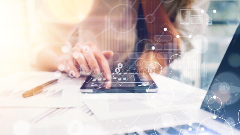 Interfaces virtuelles de graphique d'innovation d'icône de stratégie globale La femme d'affaires analysent le processus de rappor photo libre de droits
