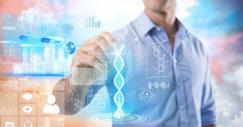 Interfaz de la ciencia y de la tecnología y pluma de tenencia del hombre de negocios delante de las nubes coloridas fotografía de archivo libre de regalías