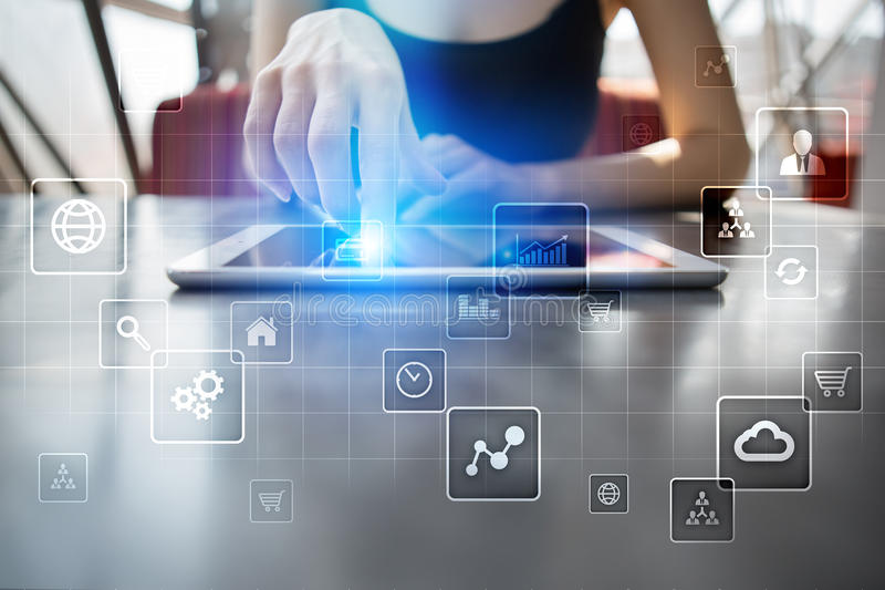 Interfaz de la pantalla virtual con los iconos de los usos Concepto de la tecnología de Internet stock de ilustración