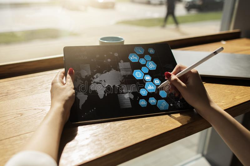 Interfaz de usuario en la pantalla virtual Tecnología del negocio y de Internet imagen de archivo libre de regalías
