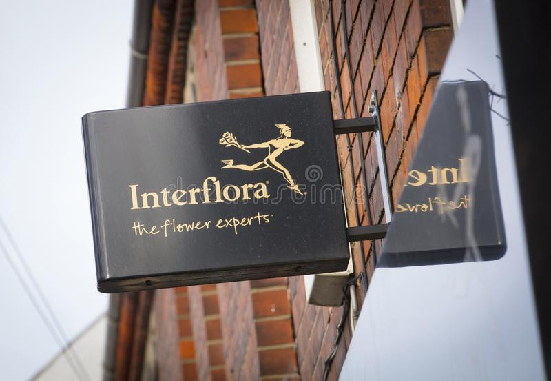 Interflora-Floristenzeichen auf der Hautpstra?e - Scunthorpe, Lincolnshire, Vereinigtes K?nigreich - 23. Januar 2018 lizenzfreies stockfoto