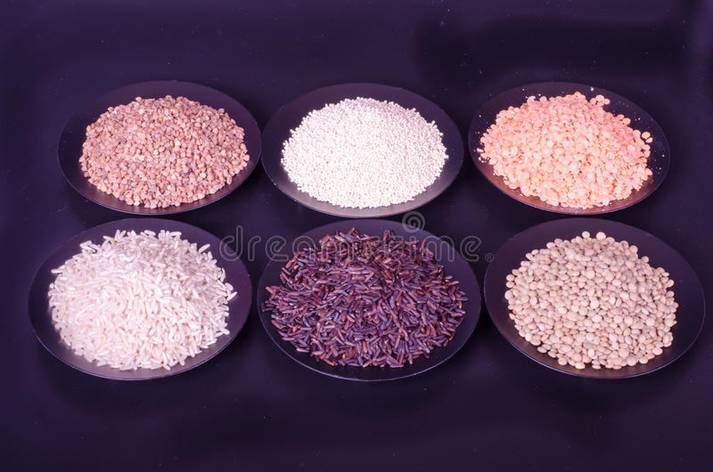 Interi alimenti, superfood, 6 cereali su un fondo nero fotografia stock libera da diritti