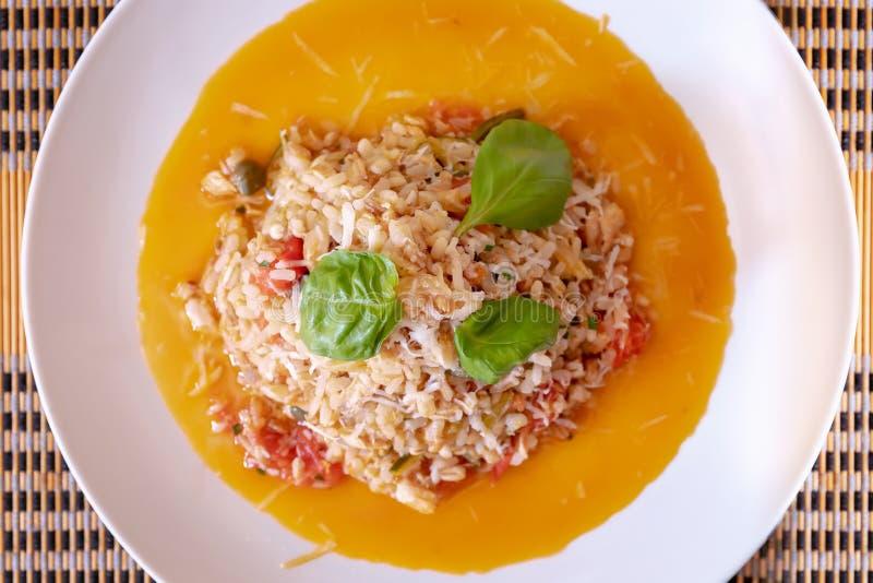 Interi grani con il pomodoro, lo zucchini ed i capperi pronto da mangiare Vista da sopra fotografie stock