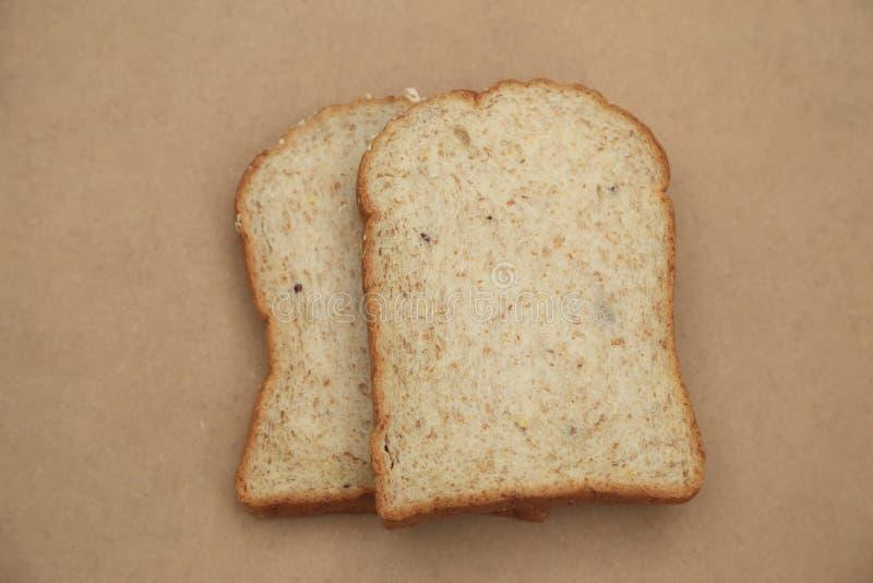 Interi pani del grano sul fondo marrone naturale di struttura fotografie stock libere da diritti