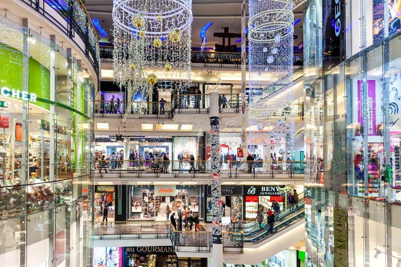 Interieurs van Palladium-winkelcentrum in Praag, met kerstdagen versierd stock fotografie