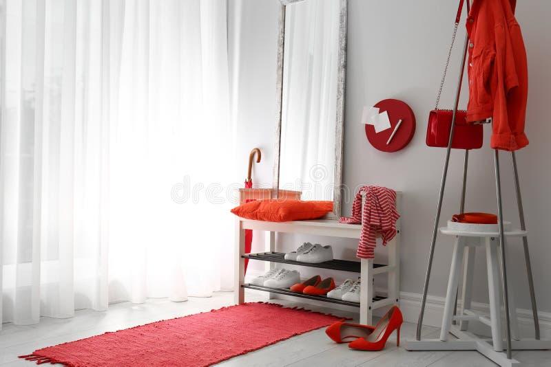Interior à moda acolhedor do corredor com cremalheira e espelho da sapata Ideia home do projeto foto de stock
