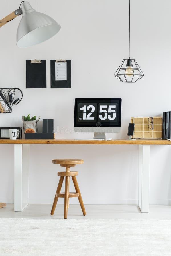 Interior à moda branco com mesa imagem de stock