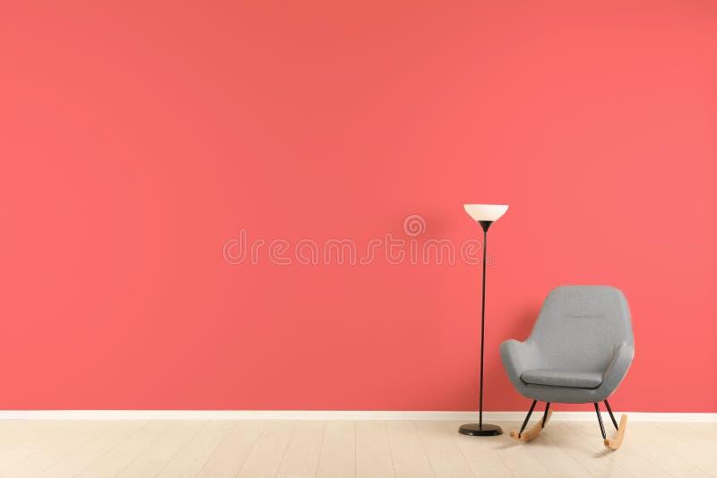 Interior à moda da sala de visitas com poltrona confortável imagens de stock